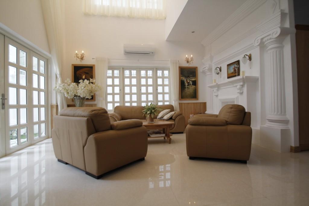 Phòng khách sau khi lát gạch đã hoàn thiện